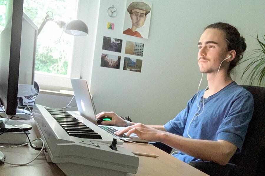 Remotepraktikant Felix im Homeoffice